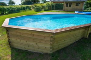 Ze hebben een harde buitenwand van dikke kunststof of for Zwembad half inbouw
